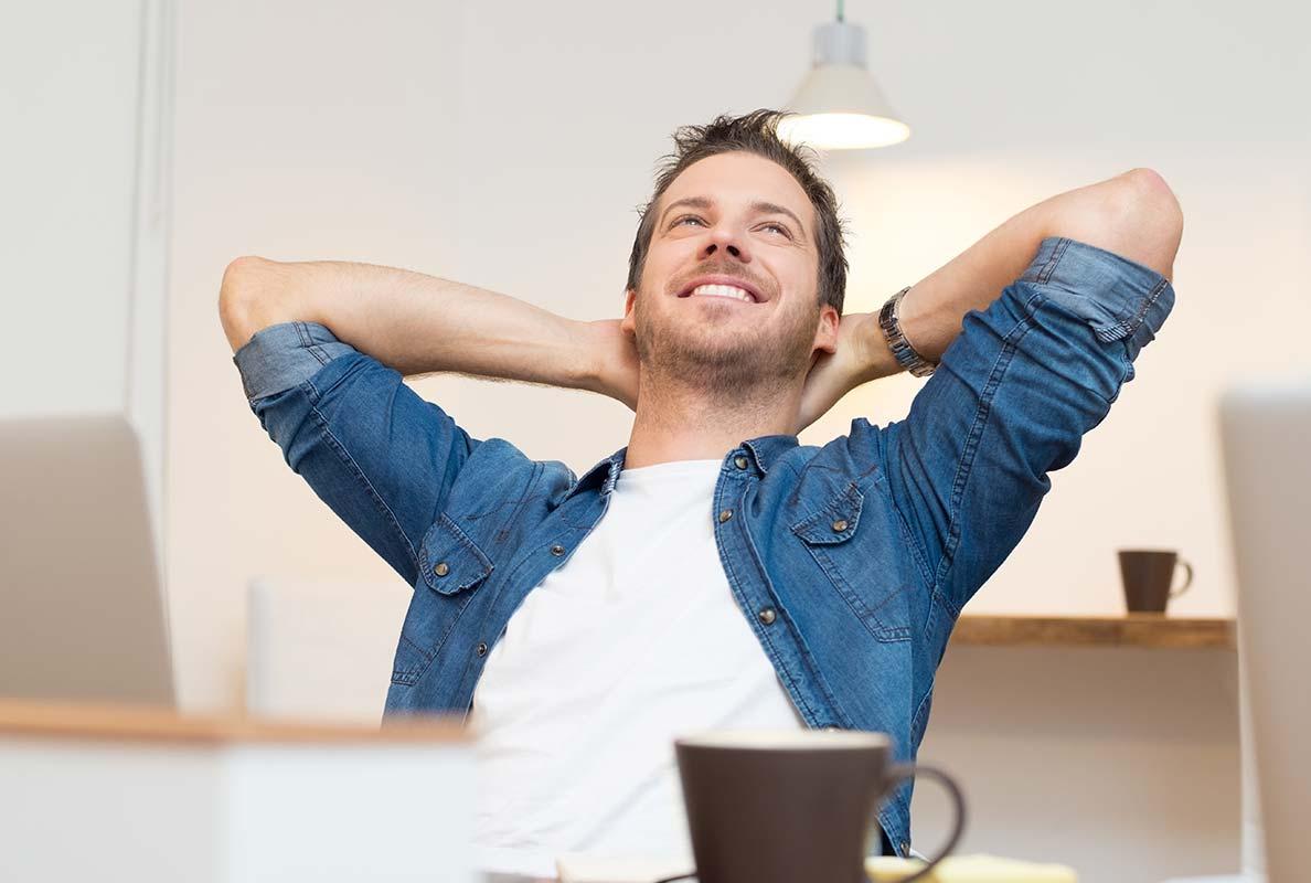 Lächelnder Mann, sieht sehr angstfrei aus, er hat keine Angst vorm Zahnarzt