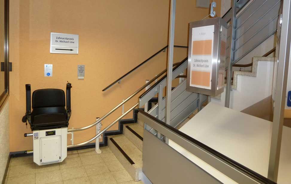 Foto eines Treppenlifts zur Zahnarzt Osnabrück - Dr. med. dent. Michael Löw